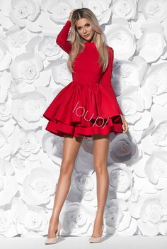 Rozkloszowana sukienka z długim rękawkiem. Z tyłu zapinana na kryty zamek. Dół sukienki ustywniany tiulem.