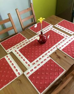 sada se srdíčky - fotoalba ulivatelu - D? Patchwork Table Runner, Table Runner And Placemats, Table Runner Pattern, Quilted Table Runners, Diy Home Crafts, Sewing Crafts, Quilted Placemat Patterns, Cushion Cover Designs, Christmas Runner