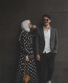Pre Wedding Shoot Ideas, Pre Wedding Poses, Wedding Picture Poses, Pre Wedding Photoshoot, Wedding Pictures, Muslim Couple Photography, Wedding Photography Poses, Couple Photoshoot Poses, Couple Posing