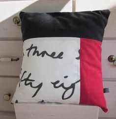 """Kissenbezug """"The Final Countdown"""" aus drei verschiedenen Baumwollstoffen (dunkelgrau, rot und weiß mit schwarzer Schrift).  Der Kissenbezug mit H..."""