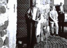 """Dietmar Schneider, legendärer Ausstellungsmacher und Herausgeber """"Kölner Skizzen"""" eröffnet die Ausstellung """"Menschenbilder"""" im Alten Turm Lülsdorf. Im Hintergrund DR und Bürgermeister Walter Esser."""