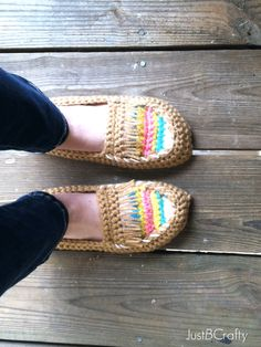 DIY: crochet moccasin slippers ༺✿ƬⱤღ https://www.pinterest.com/teretegui/✿༻