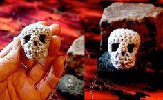 Fuente: http://www.etsy.com/listing/60019051/skull-y-pdf-amigurumi-pattern-by