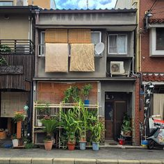 Photographer Captures Small Yet Utterly Delightful Buildings In Kyoto, Japan Japanese Buildings, Small Buildings, Japanese Architecture, Aesthetic Japan, City Aesthetic, Urbane Fotografie, Asian House, Japanese House, My New Room