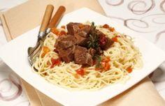 Carne estufada com esparguete