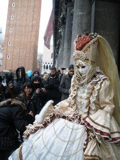 Questa foto mostra il Carnevale di Venezia. Si tratta di un carnevale molto famoso, deriva dalla tradizione degli anni 1480-1700, le maschere bianche sono l'elemento più importante del carnevale. Ma i costumi sono basati sui vestiti del XVIII secolo.