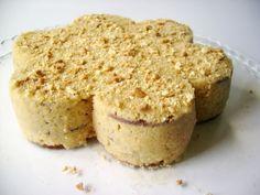 Ce gâteau (bolo de bolacha) a comme principaux ingrédients les biscuits maria, le beurre et le café.