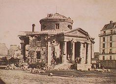"""Rome ? Non ! C'est encore Paris : la Place du Colonel Fabien - La """"Barrière du Combat"""" bombardée durant le siège de Paris, peu avant sa destruction (vers 1871)"""