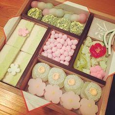 こちらも京都の老舗和菓子屋「亀末廣」の「京のよすが」。通称「四畳半」と呼ばれているお菓子です。箱を開ければ一面春が広がっています。とっても可愛い♡