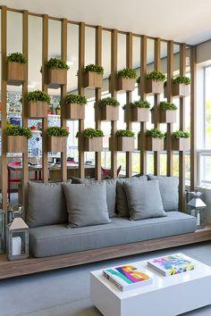 Dá pra ter um jardim vertical dentro de casa sim, e ele pode fazer as vezes de parede :)