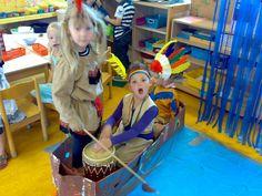 Lokaal inrichten thema indianen! Denk aan hutten, paarden, verkleden etc.