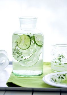 Cucumber water has a long list of benefits. See the article of 10 top benefits and try these cucumber water recipes. Infused Water Recipes, Fruit Infused Water, Infused Waters, Flavored Waters, Fruit Water, Healthy Detox, Healthy Drinks, Easy Detox, Healthy Water