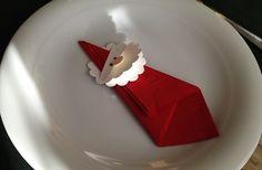 papierservieten falten als weihnachtsmann für weihnachtliche tischdekoration und kreative tischplatz dekoidee zu weihnachten