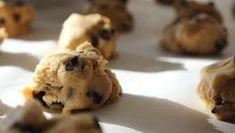 Cookies με μόνο 3 υλικά - Τα πιο νόστιμα και υγιεινά! - Μαγειρική - Νέα Κρήτη Protein Cookie Dough, Protein Cookies, Keto Cookies, Cookies Et Biscuits, Healthy Cookies, Edible Cookies, Edible Cookie Dough, Keto Chocolate Chips, Best Chocolate Chip Cookie