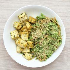 Grilované tofu podávané s těstovinami a domácím pestem z brokolice a tahini Tahini, Penne, Tofu, Guacamole, Healthy Eating, Ethnic Recipes, Fit, Eating Healthy, Healthy Diet Foods