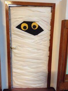 Adorno para la puerta de la clase de 1º de E.P. Realizado en grupo. Halloween… Adornos Halloween, Madrid, Baseball, Handmade Dolls, Decorated Doors, Garlands, Class Door, Halloween Door, Santa Maria