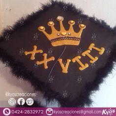 #Birretes #BirretePersonalizado #BirreteDecorado #GraduationCap #fashion #kyos #HechoAMano #hechoenvenezuela Graduation Caps, Cap And Gown, Shaggy, Diy, Outfits, Instagram, Ideas, Design, Decorations
