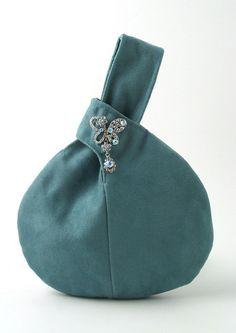 Used this as inspiration for a felted crochet bag.Turquoise wristlet purse decorated with crystal by daphnenen Try creating your own japanese knot bags Magic circle crochet tutorial - Easy step-by-step directions! by mvaleria Unusal design yet cool Bet I Japanese Knot Bag, Japanese Bags, Japanese Style, Sewing Jeans, Potli Bags, Felt Purse, Bag Patterns To Sew, Denim Bag, Fabric Bags