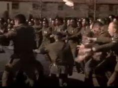 La New Zealand Defence Force esegue un'Haka per i compagni caduti in battaglia