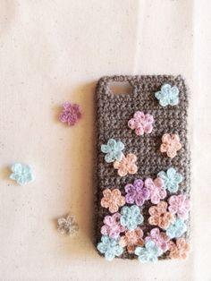 編みモチーフお花がたっぷりでお花畑のようなiPhoneケースです!毛糸素材なので、優しい風合いです! ハンドメイド、手作り、手仕事品の通販・販売・購入ならCreema。
