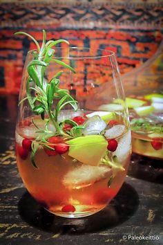 Talven vaalea sangria /// Talvinen sangria syntyy punaisen sijaan valkoviinistä ja siinä maistuvat tutut talviset maut – pirteä omena, kirpeä karpalo sekä metsäinen rosmariini. Sangria, Punch Bowls