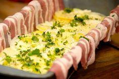En form smøres grundigt med olie eller smør, hvorefter baconskiverne lægges med et lille overlap, og enderne lægges op over kanten. Fyld derefter lagvis med kartofler, løg, hvidløg og timian og der pensles med piskefløde. Foto: Madensverden.dk. Pizza Snacks, Danish Food, Bacon Recipes, Food Design, Olie, Food Porn, Food And Drink, Dinner, Cooking