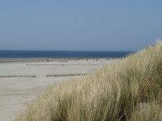 Ameland - Friesland  Prachtige witte brede zandstranden aan de Noordzee karakteriseren Ameland. Al meerdere keren zijn de stranden van Ameland in de prijzen gevallen. Zo ontving het meerdere malen 'De Blauwe Vlag', wat een erkenning is voor de uitstekende kwaliteit zwemwater en een goed schoongehouden strand.