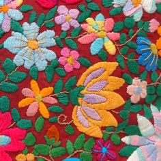 Almofada bordada a mão feita por artesã de Minas Gerais. Aqui no Ponto Solidário.