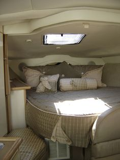 Ashley White presents most updated photos of boat interior design on Wisatakuliner.xyz to reveal concepts for boat interior design remodel. Yacht Design, Boat Design, Boot Dekor, Houseboat Living, Houseboat Ideas, Sailboat Interior, Living On A Boat, Style Deco, Boat Stuff
