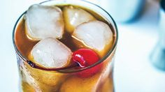 Genzianito cocktail con grappa alla genziana, liquirizia chinotto e ciliegina