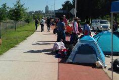 ACAMPAN POR LA CAMISA DEL 110 ANIVERSARIO DE CHIVAS Un aproximado de 300 personas ya esperan a las afueras del estadio Chivas para adquirir su camiseta.