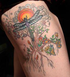 tattoo vorlagen frauen, detaillierte tätowierung mit sonne, großem baum und insekt, frauenköpfe, pflanzen