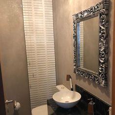 Lavabo pequeno: 60 ambientes bonitos e funcionais com pouco espaço Guest Toilet, Mirror, Bathroom, Furniture, Design, Home Decor, Small Shower Room, Restroom Decoration, Half Bathroom Decor