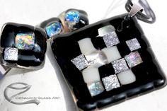 Fekete, ezüst árnyalatok, mozaik, üvegékszer szett Mosaic Glass, Fused Glass, Glass Art, Glass Jewelry, Jewelry Sets, Halloween Jewelry, Modern Glass, Etsy Handmade, Halloween Party