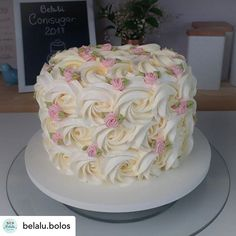 Join us verbalized cake decor tips and tricks Pretty Cakes, Cute Cakes, Beautiful Cakes, Amazing Cakes, Cake Decorating Videos, Cake Decorating Techniques, Decorating Ideas, Birthday Cake With Flowers, Simple Birthday Cakes