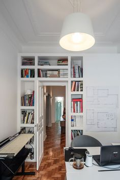Decoração de apartamento pequeno, decoração minimal, paredes brancas, porta de madeira, home office, escritório em casa.