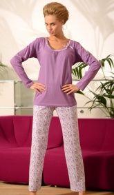 Bawełniana piżama damska.  Góra piżamy z długim rękawem.  Bluza gładka, fioletowa, z ciekawym wykończeniem przy dekolcie.  Spodnie długie, w pasie gumka,  białe w drobne kwiatuszki.  Bardzo kobiecy model.  Materiał - 100 % bawełna.  POLSKI PRODUCENT DOBRANOCKA
