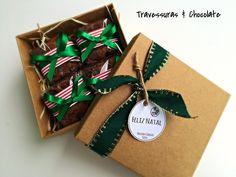 caixa brownie natal presente brasília Diy Christmas Gifts For Kids, Diy Gifts For Kids, Teacher Christmas Gifts, Brownie Packaging, Baking Packaging, Packaging Ideas, Diy Crafts Useful, Box Brownies, Diy Food Gifts