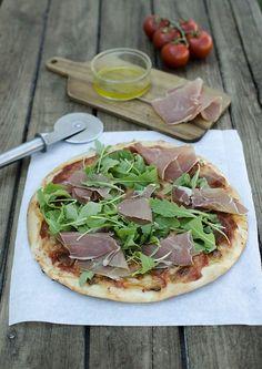 Tenhle recept na pizzu už tu jednou mám, je to ale shodou okolností jeden z úplně prvních receptů na blogu. Mám čas od času ráda koukat se n... Prosciutto, Mozzarella, Vegetable Pizza, Food And Drink, Vegetables, Cooking, Kitchen, Vegetable Recipes, Brewing