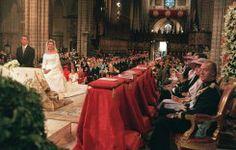 La hija pequeña de los Reyes contrajo matrimonio con el deportista Iñaqui Urdangarín el 5 de octubre de 1997 en la catedral de Barcelona. En la emotiva la complicidad entre el Rey y su hija Cristina se manifestó con naturalidad, como se aprecia en la foto.