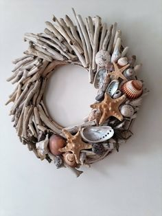 Do you like beach decor? Then this driftwood wreath with starfishes and shells is for you. Welcome your guests into your home with this wreath made from driftwood handpicked from the Greek shores of the Aegean sea, a sea arm of the Mediterranean. Driftwood Mobile, Driftwood Wreath, Driftwood Projects, Driftwood Art, Driftwood Ideas, Painted Driftwood, Seashell Crafts, Beach Crafts, Starfish Wreath