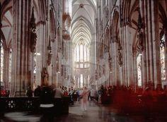 Catedral de Colonia. De estilo gótico, comenzó a construirse en 1248 y no se terminó hasta 1880. Con sus 157 metros de altura fue el edificio más alto del mundo hasta la culminación del Monumento a Washington en 1884, de 170 metros.Excavaciones en el subsuelo de este edificio han revelado los cimientos de construcciones romanas y carolingias.