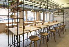 Opso, un ristorante greco a Londra. Soluzioni di design per il restyling di un bistrot stretto e lungo. Il concept è degli ateniesi K-Studio.