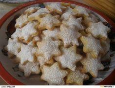 Z tvarohu, mouky a tuku vypracujeme těsto, podsypáváme, vyválíme a vykrajujeme hvězdičky-mohou být i jiné tvary, naskládáme na plech a upečeme do... Czech Desserts, Czech Recipes, Meringue Cookies, Macaroons, Christmas Baking, Cookie Recipes, Food To Make, Sweet Tooth, Bakery