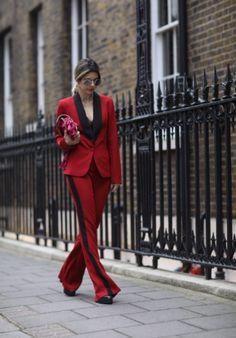 Street style look de Carol Tognon: Calça e terno vermelho. A cor atualiza o terno de alfaiataria e que é outra forte tendência marcada nos desfiles! Pedacinho da lingerie ou top cropped aparecendo também está em alta!