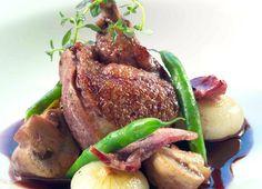 coq au vin servert på et fat Steak, Food, Coq Au Vin, Meals, Steaks, Beef