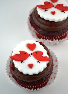 Love bird cupcakes for Valentines Fondant Cupcakes, Cupcake Frosting Recipes, Easy Buttercream Frosting, Fondant Wedding Cakes, Fun Cupcakes, Wedding Cupcakes, Cupcake Cakes, Valentine Cupcakes, Valentines