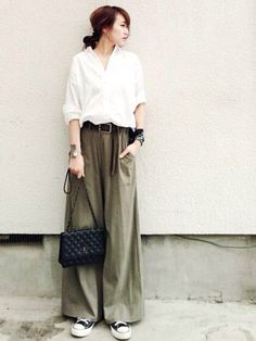 Women's fashion, trends, looks, editorials and details in 2018 Fashion Moda, Fashion Pants, Look Fashion, Daily Fashion, Korean Fashion, Fashion Outfits, Womens Fashion, Fashion Trends, Street Fashion