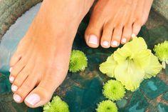 Не смотря на то, что наступила холодная пора года и Ваши ножки скрыты от общего обозрения, это не повод перестать делать педикюр. Во-первых, поддерживать кожу ног и ступней в идеальном состоянии необходимо в любое время года не только для красоты, но и для собственного здоровья, а во-вторых, смотреть на ухоженные пальчики ног и мягкие пяточки приятно и зимой и летом.