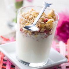 Sabah yulaf ezmesi, yoğurt, meyve ve kuru yemişler ile hazırlayacağınız bir kahvaltı sizi daha uzun süre tok tutacaktır. Haydi hafta sonuna sağlıklı bir başlangıç yapın!